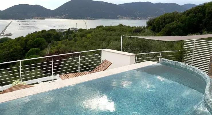Una villa con piscina sul tetto  Tra le Cinque Terre e la Versilia di Maurizio Grassi