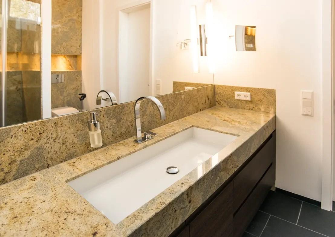 Ein luxurises Bad mit Naturstein