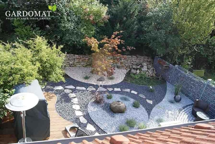 Kiesgarten mit zentralem Quellstein von GARDOMAT  Die