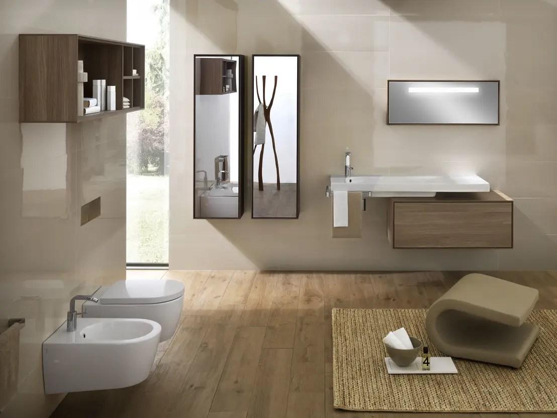 Il bagno moderno con lo specchio contenitore