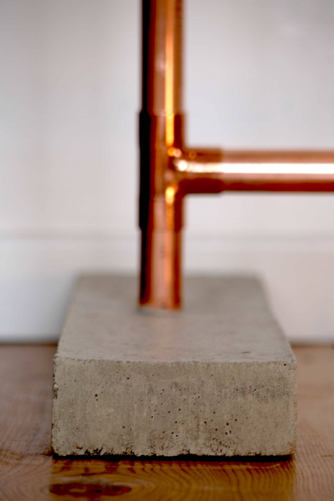 Garderobe aus Kupfer und Beton von 10 Knoten  Mbeldesign