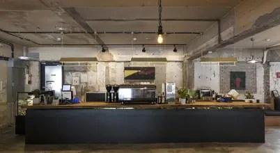 도심 속 빈티지한 매력을 드러내는 녹번동 카페 인테리어