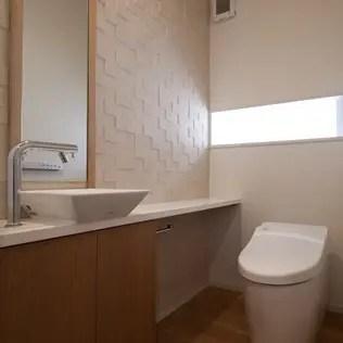 調湿タイルを貼ったトイレ: シーズ・アーキスタディオ建築設計室が手掛けた浴室です。
