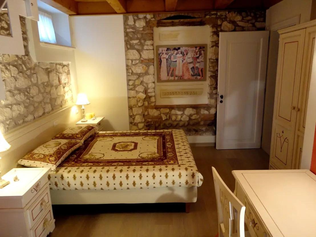 Camere da letto in stile rustico muri in pietra a vista e