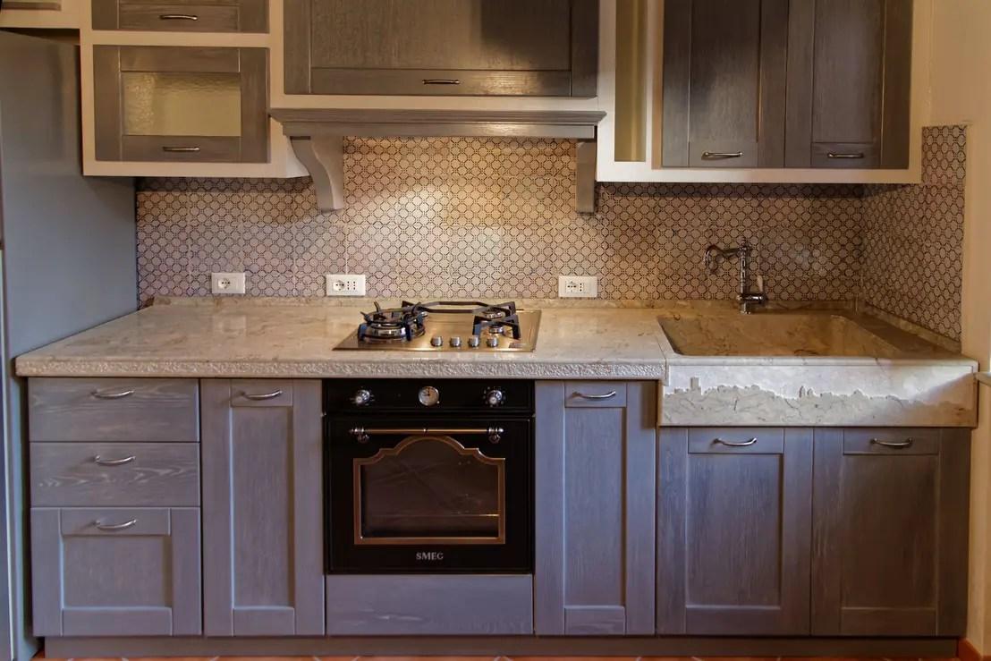 Cucina rustica con lavello e piano cucina in pietra di