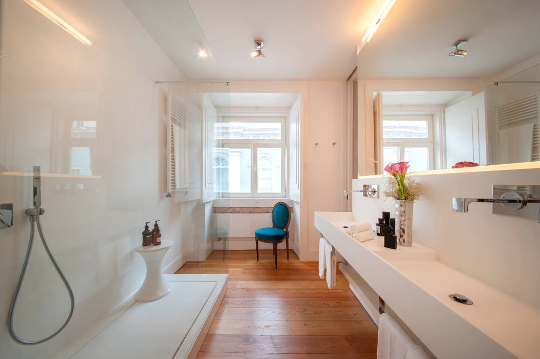 6 trucchi per arredare un bagno stretto e lungo