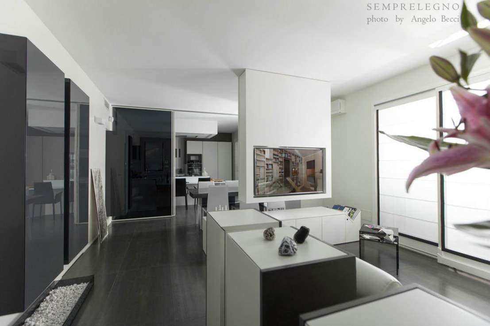 Interni di Design Loft moderno arredato su misura con mobili realizzati dalla Falegnameria