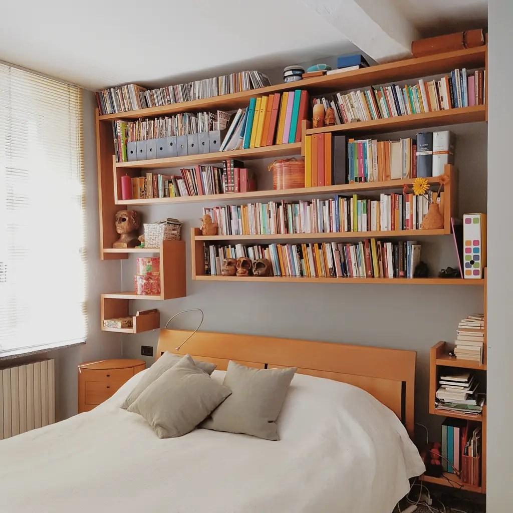 Vista della libreria  camera da letto in stile di smellof