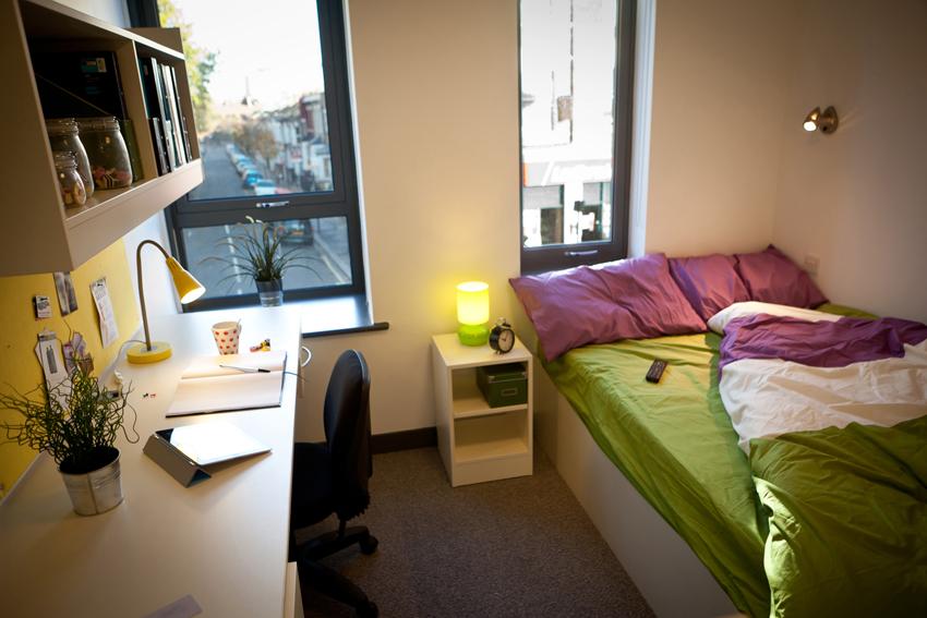 Cama estándar en las habitaciones para estudiantes. Foto cortesía de The Huffington Post.