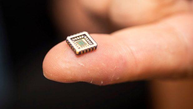 Una de las neuronas artificiales en su carcasa protectora en la punta de un dedo © University of Bath / PA