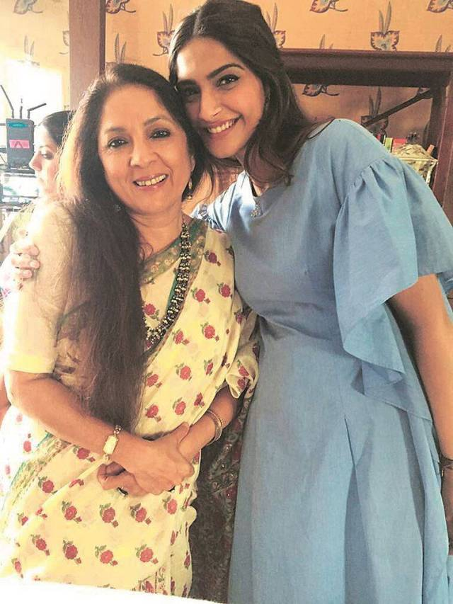 Neena Gupta with Sonam Kapoor Ahuja on the sets of Veere Di Wedding. (Photo: Twitter/@Neenagupta001)