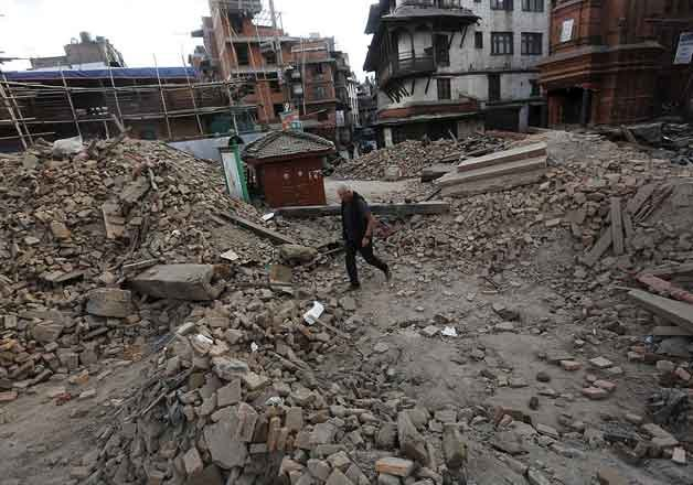 Nepalese officials warn death toll in earthquake could hit 10,000