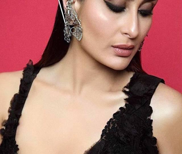 Kareena Kapoors Sexy Elegance At The Lakme Fashion Week