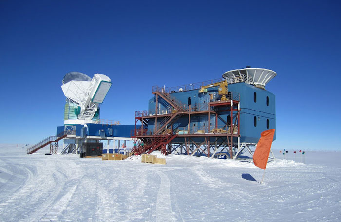 The BICEP2 telescope is the white dish at the top right of the blue building. The dish on the left is the South Pole Telescope. (Courtesy: National Science Foundation)