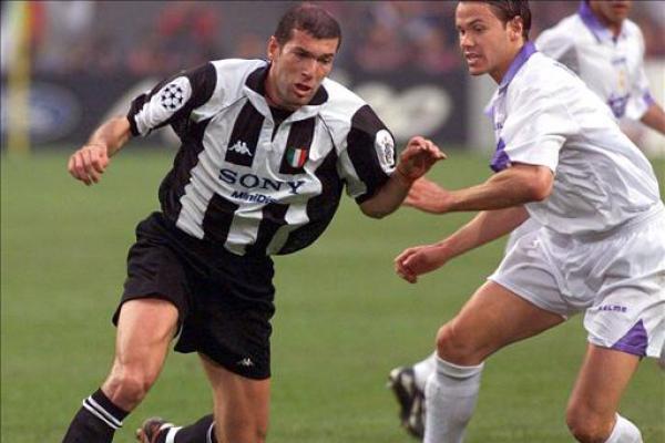 Zinedine Zidane merupakan pesepakbola yang berhasil menorehkan prestasi saat berstatus pemain dan pelatih.