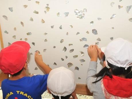 志摩市の小学生が焼けた「薬師堂」を改修 真珠貝の殻でしっくい壁装飾