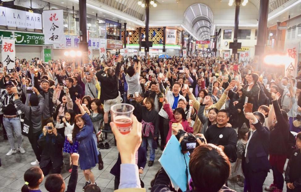 乾杯で改元を祝う大分市民(ガレリア竹町ドーム広場で)
