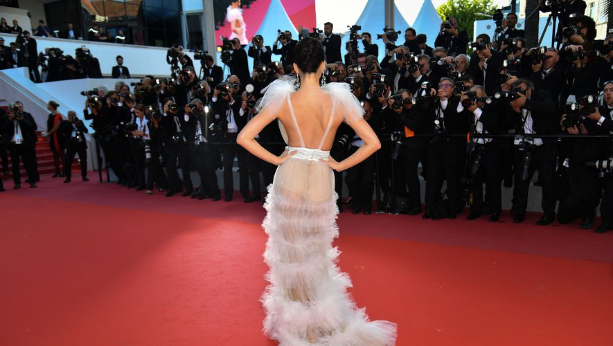 https www ladepeche fr article 2018 05 15 2798225 tendances tapis rouge robe dos nu joue stars cannes html