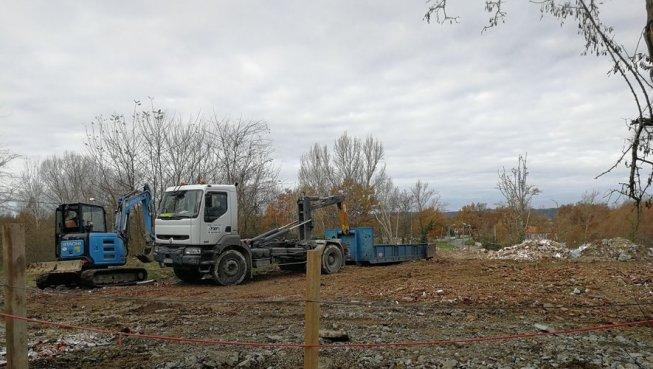 Un camion de la société moissagaise ETC venu avec une mini-pelle mécanique pris ici en flagrant délit de dépôt.