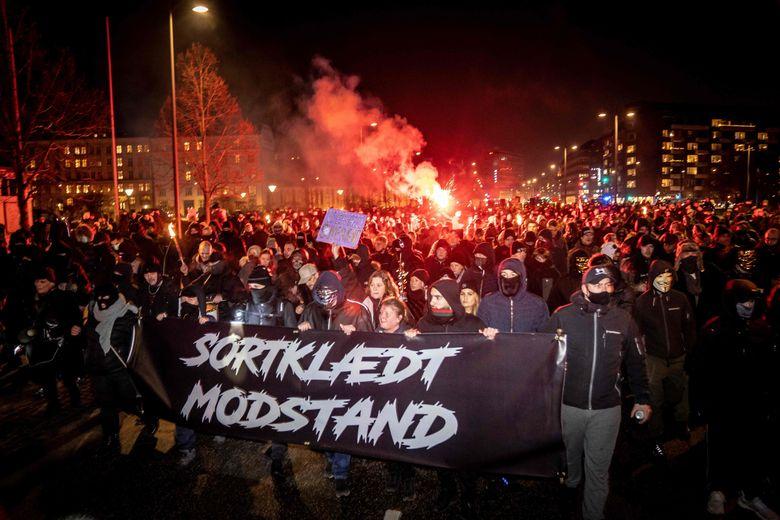 """A l'appel du collectif """"Men in Black Denmark"""", une manifestation s'est tenue samedi à Copenhague derrière une bannière """"La résistance vêtue de noir""""."""