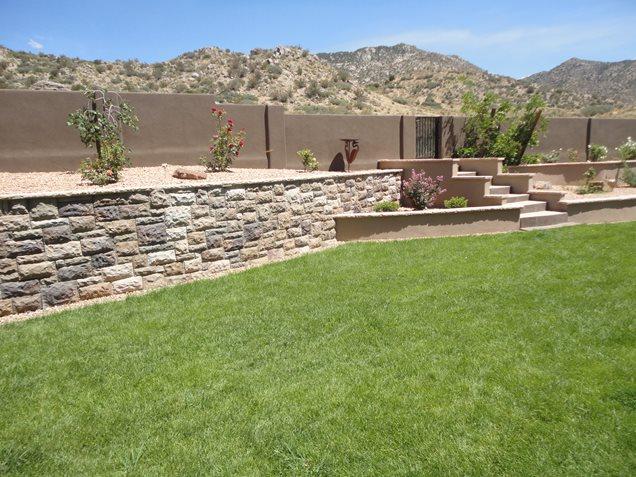 Manufacturado muro de contenção, Grass Deserto de retenção e Paisagem da parede WaterQuest, Inc. Albuquerque, NM