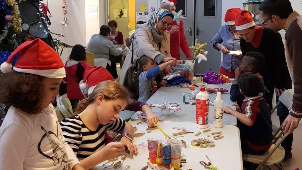 Lors d'un après-midi partagé, chacun a pu fabriquer des décorations de Noël.