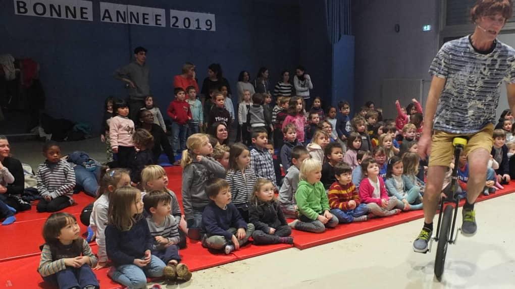 Tepti a interprété plusieurs personnages devant les enfants.
