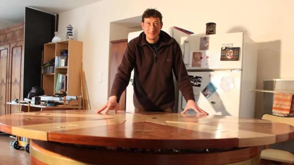 il fabrique une table ronde extensible