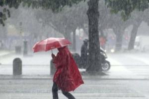 persona in strada con la pioggia