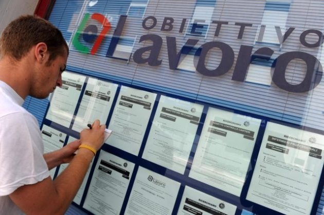 Un ragazzo in cerca di lavoro davanti a una agenzia interinale, in una foto del 31 maggio 2010 a Pisa. ANSA/ FRANCO SILVI