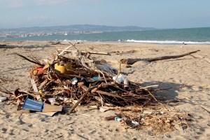 Rifiuti alla Playa di Catania