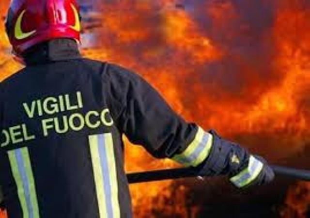 Vigile del fuoco in azione durante un incendio.
