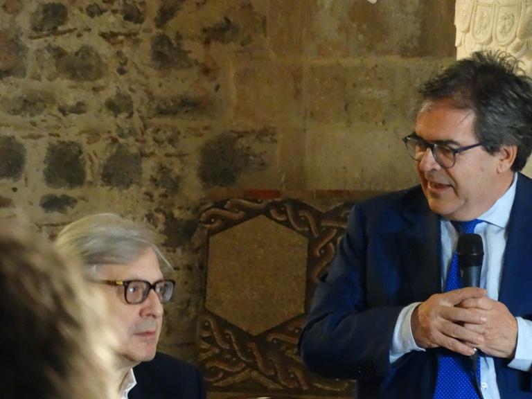 """Enzo Bianco presenta """"Da Giotto a De Chirico"""", affiancato da Vittorio Sgarbi."""