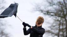 Vento di burrasca porta via un ombrello
