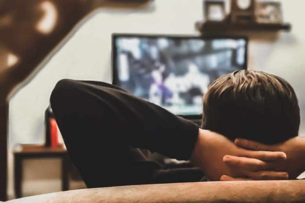 ragazzo guarda la tv
