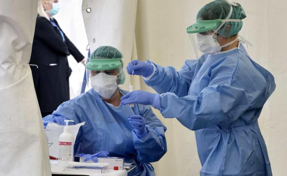 Due infermieri eseguono il tampone per il coronavirus