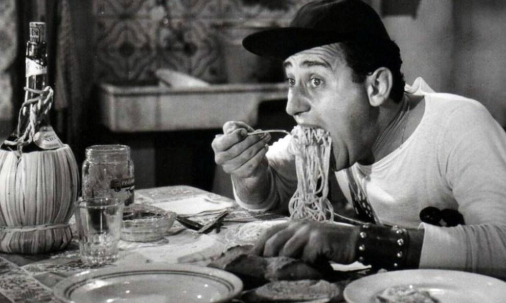 """Totò e gli spaghetti in """"Miseria e nobiltà"""""""