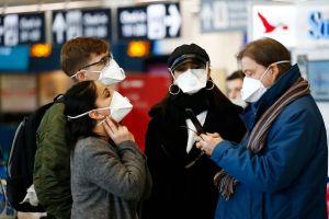 Passeggeri all'aeroporto con mascherina