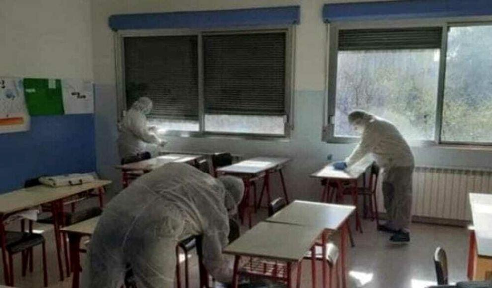 Operatori scolastici sanificano aula