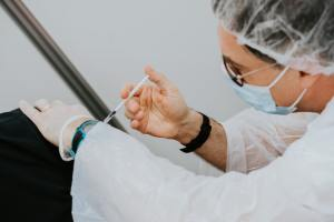 medico che vaccina