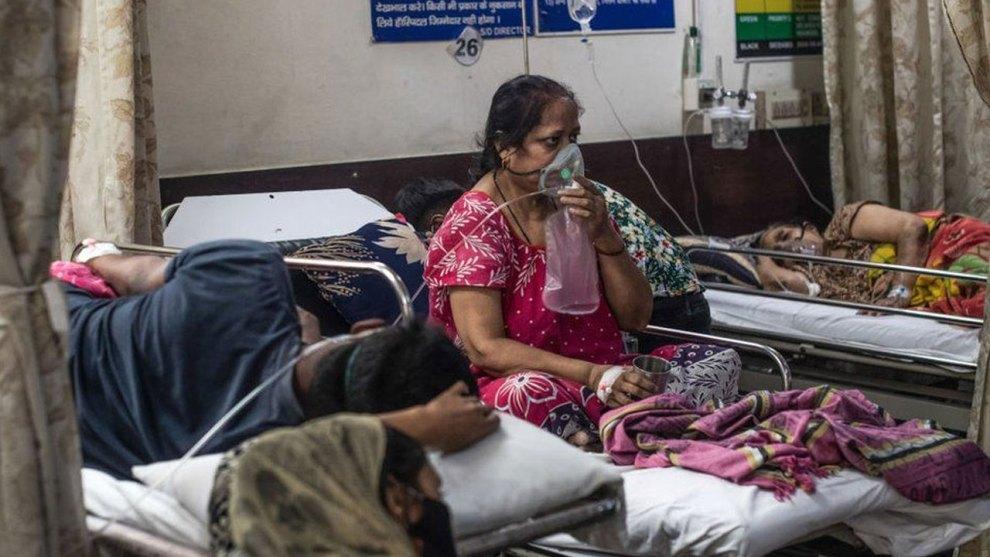 Donna indiana in ospedale durante pandemia coronavirus in India