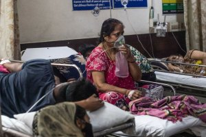 Donna indiana in ospedale durante pandemia coronavirus in India