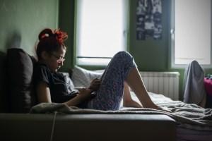 adolescente con cellulare