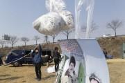 Des transfuges nord-coréenss'apprêtent à relâcher des ballons transportant... (Photo Ahn Young-joon, AP) - image 4.0