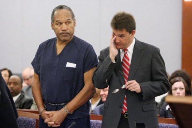 L'ex-vedette de la NFL O.J. Simpson (à gauche)... (Photo: Isaac Brekken, Archives AP)