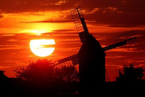 Pour lever le doute, une équipe de météorologues britanniques dirigée  par Sarah Ineson, du Met Office, a analysé les données les plus récentes  sur les rayonnements ultra-violets émis par le Soleil, fournies par le  satellite SORCE. Puis elle a bâti son propre modèle océano-atmosphérique  en intégrant ces éléments.