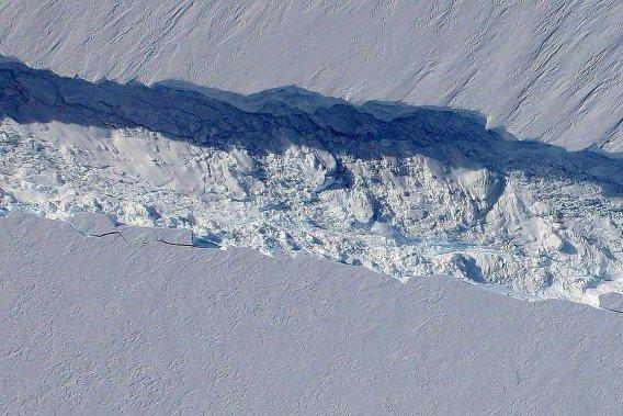 Cette fissure dans le glacier de Pine Island dans la partie occidentale de l'Antarctique est longue d'au moins 30 kilomètres et profonde de 50 mètres.