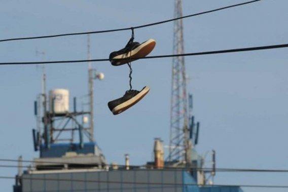 Ce n'est plus une mais bien deux paires de souliers qu'on retrouve maintenant accrochées à un câble qui traverse la rue des Volontaires, près de l'intersection de la rue Bellefeuille.