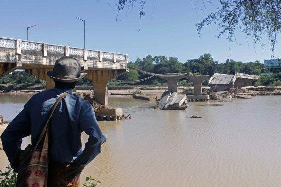 Un Birman constate les dégâts causés à un pont par une inondation, en octobre dernier. De tels spectacles pourraient se multiplier en Birmanie dans les prochaines années.