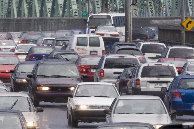 Un accident à la sortie du pont Champlain,... (PHOTO: RÉMI LEMÉE, ARCHIVES LA PRESSE)